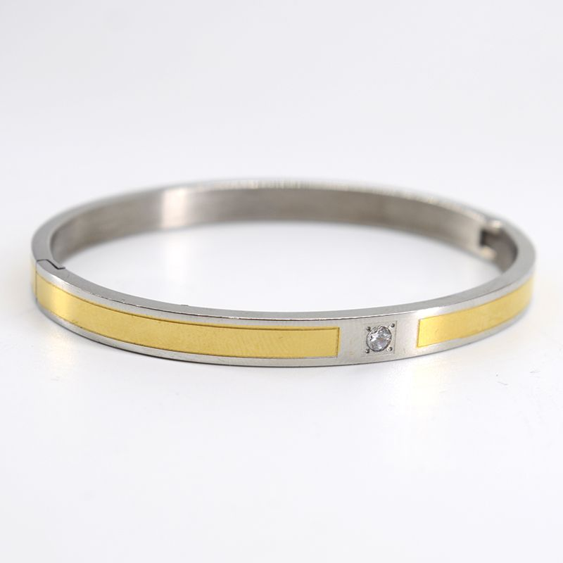 The imitation Cartier stainless steel bracelet is gold-plated