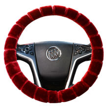 The steering wheel cover of the car has been used in the four seasons